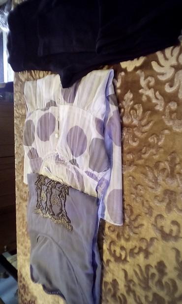 σε Φιλιατρά: Δυο πουκαμισες μια αμανικη η αλλη με μανικι και ενα κολαν αψογα χωρις