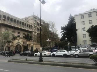 obyekt-icare-2018 в Азербайджан: ICARE: Semed Vurgun kucesi, Tibb universitetinin yaninda insanlarin