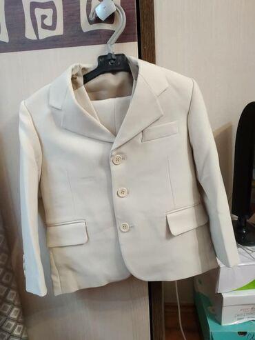 Продаю костюмы на возраст детского сада белый серый брюки