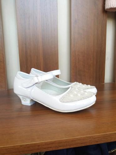 Детская обувь в Джалал-Абад: Туфли на девочку. праздничные. хорошо сочетаются с бальным платьем