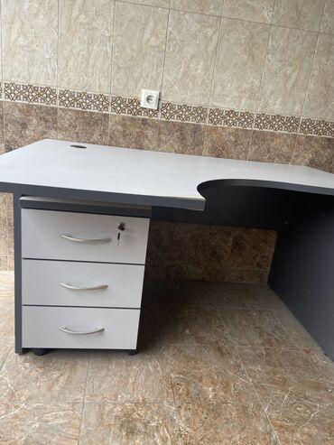 Продаю стол с тумбой на колесиках в хорошем состоянии. Размер 140х100
