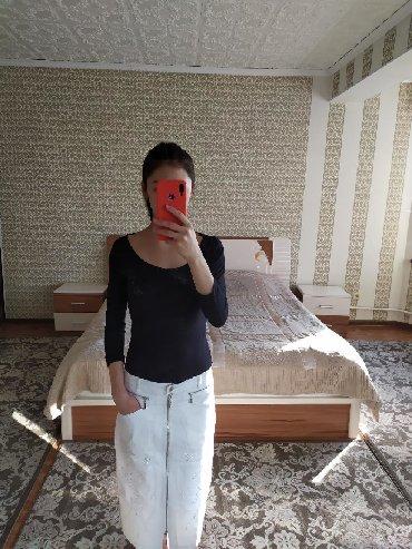 Юбки в Кыргызстан: Белая джинсовая юбка с замком спереди, в хорошем состоянии, замок