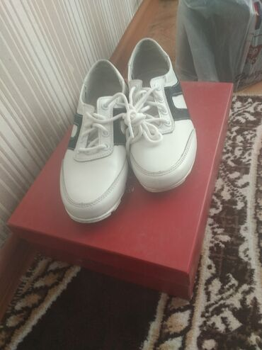 Продаю женские спортивный обувь белого цвета. Размер 36. размер не