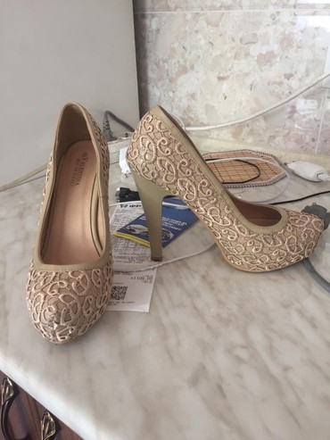 Женская обувь в Чон Сары-Ой: Бежевые туфли 500, черные кожаные ботильоны 800, вьетнамки 200. Г.Ош