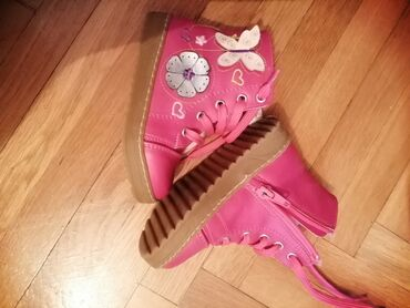Dečija odeća i obuća - Gornji Milanovac: Potpuno nove cipelice za devojcice u tamno roze boji. Unutra su