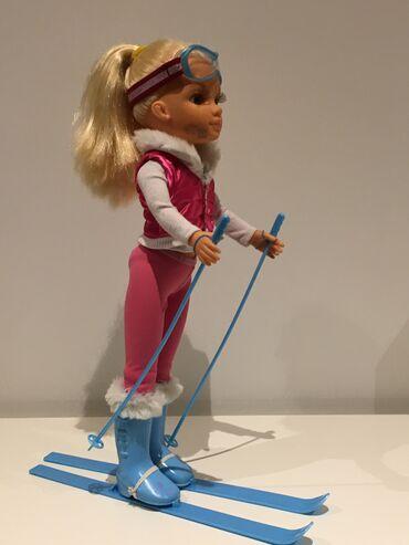 Majica goa - Srbija: VELIKA LUTKA SKIJASICA (43 cm).Set sadrzi: Lutka (43 cm), skije