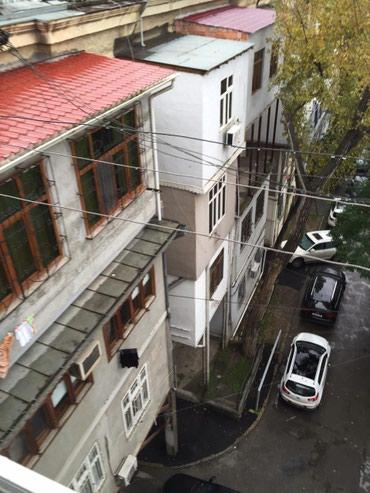 Bakı şəhərində Nerimanov metrosunda,düz parkin yaninda,Loğman aptekin binasinda 2