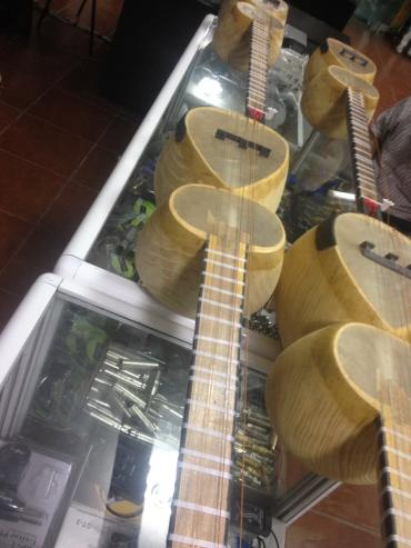 Bakı şəhərində Tar. çanağı tut, qolu qoz ağacı olan düzgün tarlar satılır.