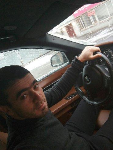 İş Samuxda: Taksi sürücüsü. (C)