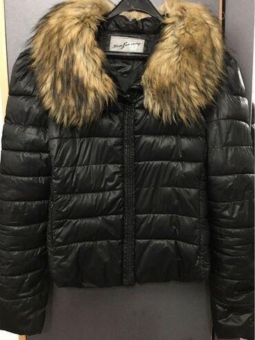 Crna jakna sa krznom koje se skida, krzno je eko, ali je kvalitetno