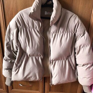 Куртки - M - Бишкек: Продаю зимнюю-весеннюю куртку!Тёплая и удобная!Сидит отлично, цвет
