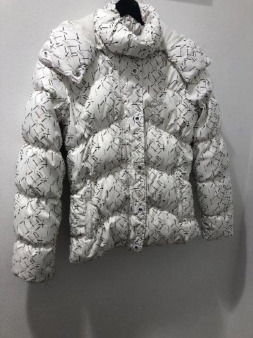 Dukserica na zakopcavanje - Srbija: Nike perjana zimska jakna. Velicina prikazana na fotografiji. Bez