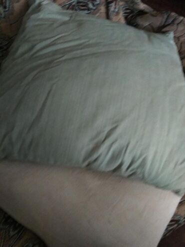 Продаются 4 подушки, 2 подушки 65*60 см, по 350 с. 2- 50*50 см, по 250
