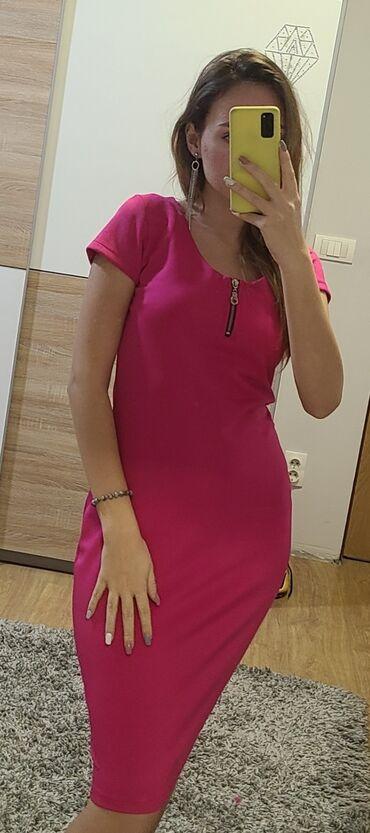 Roze haljina, krojena uz telo, boja jako atraktivna, velicina ne pise