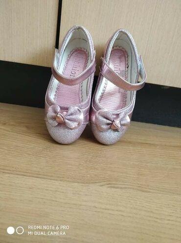 Sandalice jednom obuvene, ali ne odgovara br. pa stoje. napolju