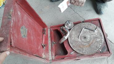 щербакова советская в Кыргызстан: Советский красный патефон-чемоданчик, Коломенский патефонный завод