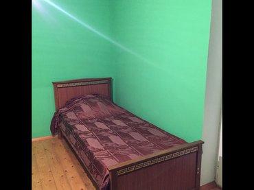 Bakı şəhərində Kohne tikilide orta temirli mebelli ev kiraye verilir. Bu ev