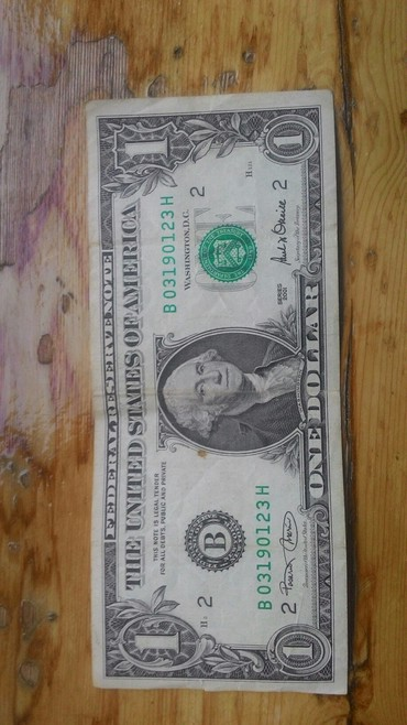 Bakı şəhərində 1 dollar 2001 ci il kolleksiya ucun