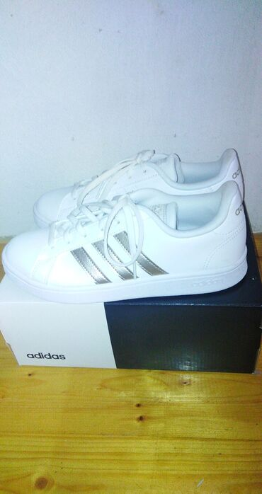 Adidas patike broj 38 2/3, obuvene samo jednom do skole, ne odgovara b
