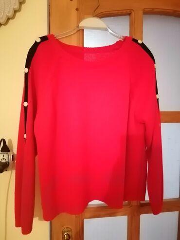 qirmizi fon - Azərbaycan: Qırmızı jaket. Qolları düyməli