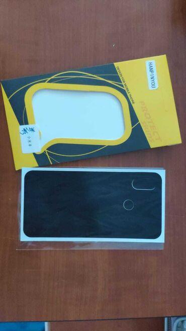 Qoruyucu üzlüklər - Azərbaycan: Xiaomi Mi 8 üçün arxasına vurulan vinil stiker satılır.2 ədəd var, 1