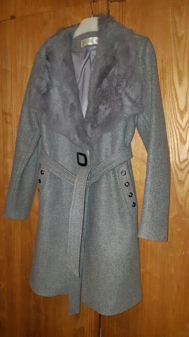 Yenidir geyilmeyib boynu mexli palto. Real alıcıya endirim də var
