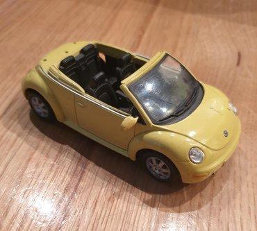 Vw buba - Srbija: Volkswagen VW Beetle Buba kabriolet zuti automobilcic igracka. Fali
