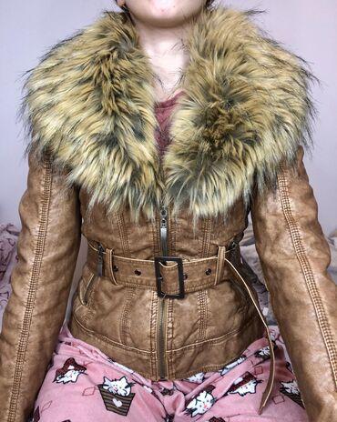 Braon jakna od eko kože sa velikim krznomJakna ima pojas tj kaiš oko