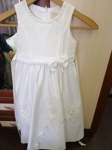 Очень шикарное платье с камнями сваровски,с двумя подкладами, бант сза
