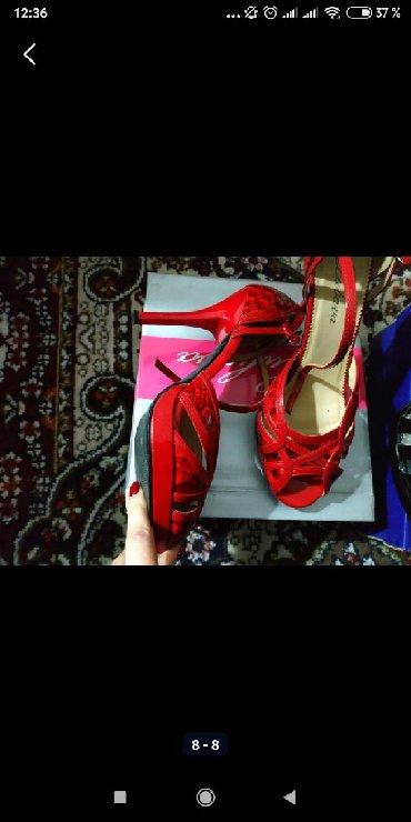 угги 39 размер в Кыргызстан: Обувь 39-40. Надетые по одному, два раза. Если заберёте несколько