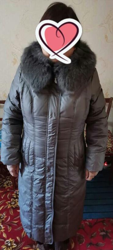 женский пуховик с капюшоном в Кыргызстан: Продаю новый фирменный пуховик. цвет темно-серый.Размер 48.капюшон