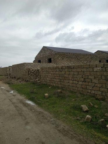 Salyan şəhərində Pirallahi qiwlaq kendi. Yarim tikili ev. 3otaqli 4×4e otaqlari.
