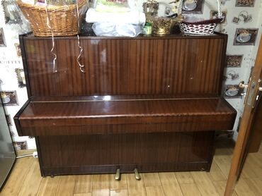 Музыкальные инструменты - Бишкек: Продаю пианино в связи что купили новый, в отличном состоянии самовыво