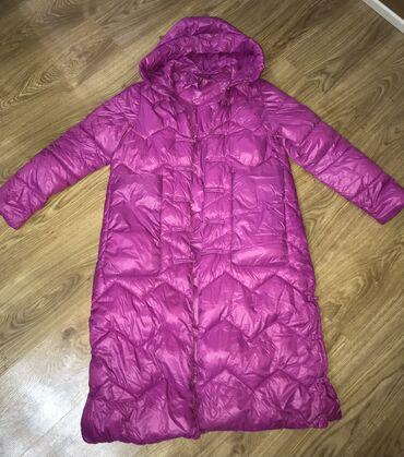 Куртки - Кыргызстан: Продаю яркий пуховик ниже колен, очень теплый, с большими карманами, н