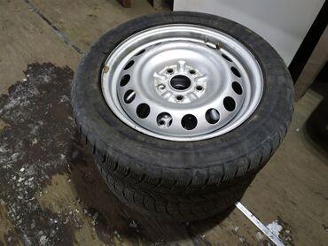 диски на камри 55 в Кыргызстан: 2 диска с зимней резиной от Toyota Camry. R16. Резина 205/55/R16