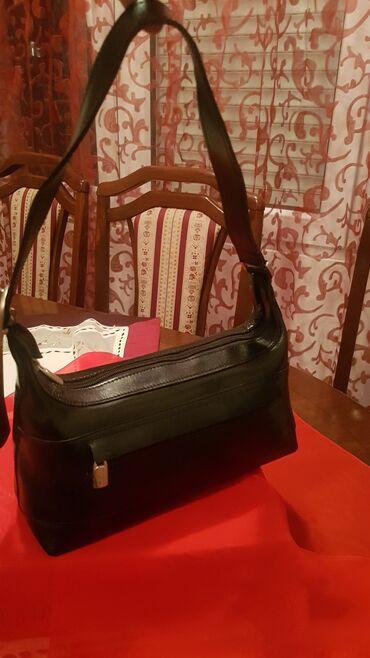 Mona kožna torbaMona torba čvrste forme srednje veličine od