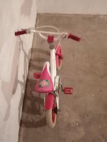Salam. Qız üçün 12 lik velosiped. Hər şeyi işlək vəziyyətdədir. Heç