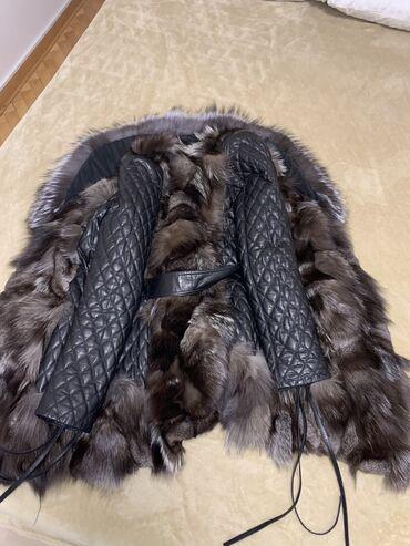 Kozna jakna sa krznom srebrne lisice oko vrata i u delu jakne na