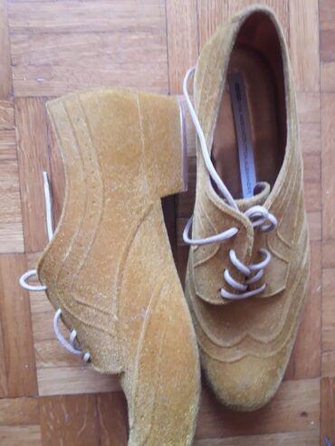 Zenske farmericecine - Srbija: Zenske cipele oker boje materijal kao plis sa sjajem, peta 2cm. par