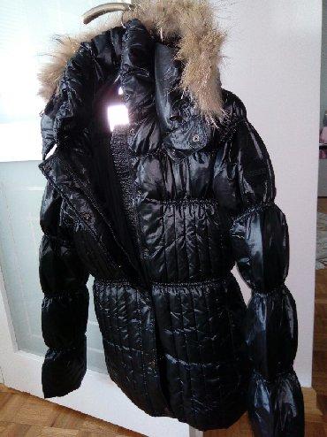 Perjana zenska jakna - Srbija: Jakna perjana zenska,crna sa kapuljacom koja se moze skinuti,ima