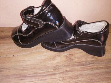 Dečije Cipele i Čizme | Leskovac: Lakovane cipelice broj 29. Malo podignute, ispod na djonu imaju malo