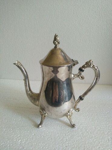 Prelepi čajnik sa ukrasimaočuvan i prelep čajnik od metala boje srebra