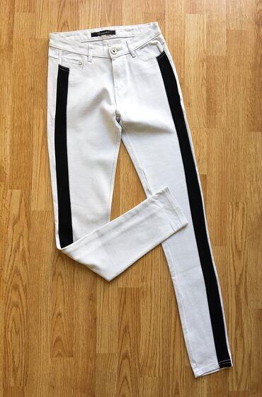 Bele pantalone - Srbija: Bele pantalone sa crnom trakom, nove, s/36