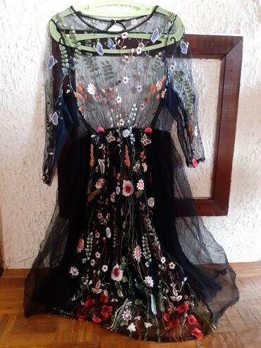 Cvetna haljina sa rucno vezenim cvetovima. Ima podsuknju crne boje sa