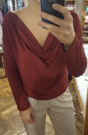 Bluza je - Srbija: Plisana bluza. Kupljena kao S/M. Vise za M. Kupljena u Parizu. Nova