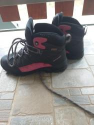 Dečije Cipele i Čizme   Ub: Za sneg i kisu u odlicnom stanju ne promocive.36 br