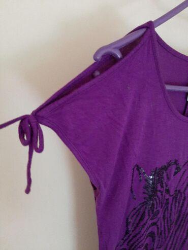 C & A majica gola ramena. Ljubucasta lila boja prelepa sa