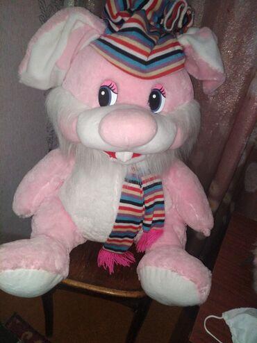 Игрушка розовый заяц. Большой около метра. Кое где нужно подшить (не з