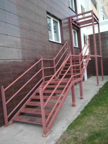 Металлическая лестница с ступеньками под плитку с перилами и каркасом