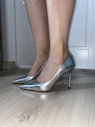 Продаю туфли, носила пару раз. Серебристый цвет будет в тренде в 2021
